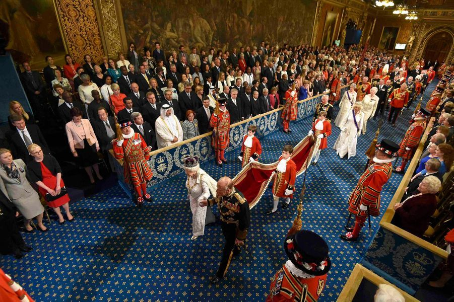 La reine Elizabeth II et le prince Philip avec le prince Charles et sa femme Camilla au Parlement à Londres, le 18 mai 2016