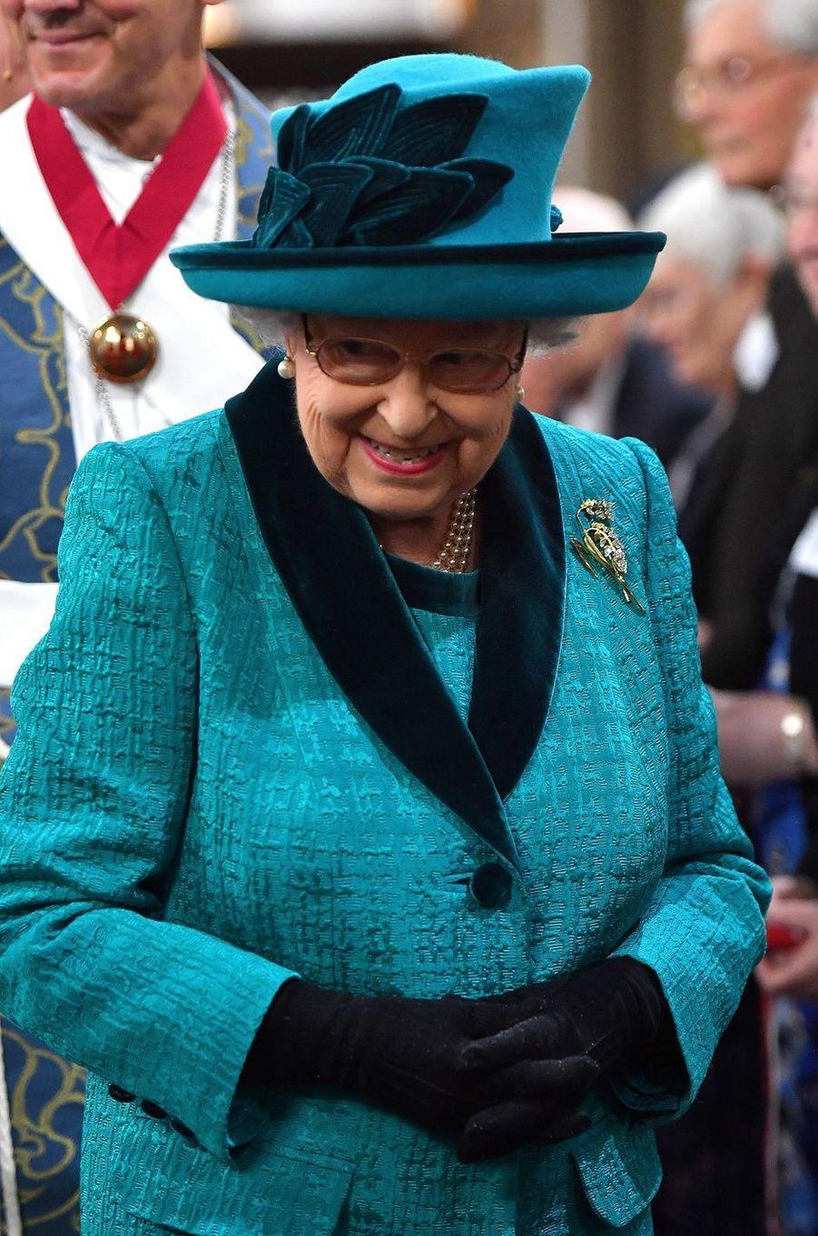 La reine Elizabeth II en turquoise à Leicester, le 13 avril 2017