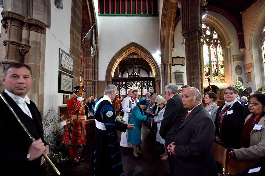 La reine Elizabeth II remet les bourses du Maundy Service à Leicester, le 13 avril 2017