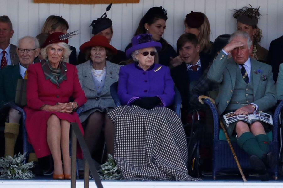 La reine Elizabeth II avec le prince Charles et la duchesse de Cornouailles Camilla au Highlands Braemar Gathering, le 6 septembre 2019