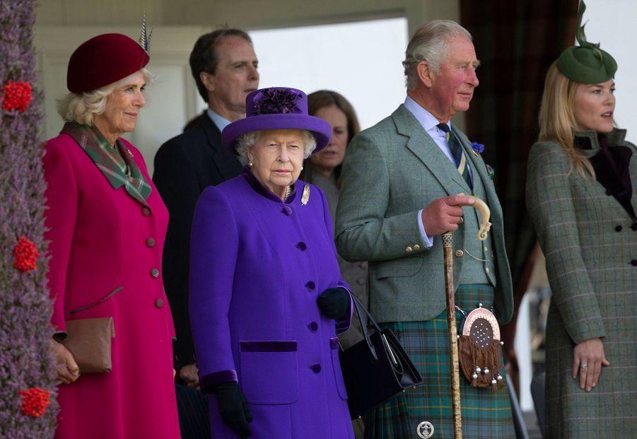 La reine Elizabeth II avec le prince Charles, la duchesse de Cornouailles Camilla et Autumn Phillips au Highlands Braemar Gathering, le 6 septembre 2019