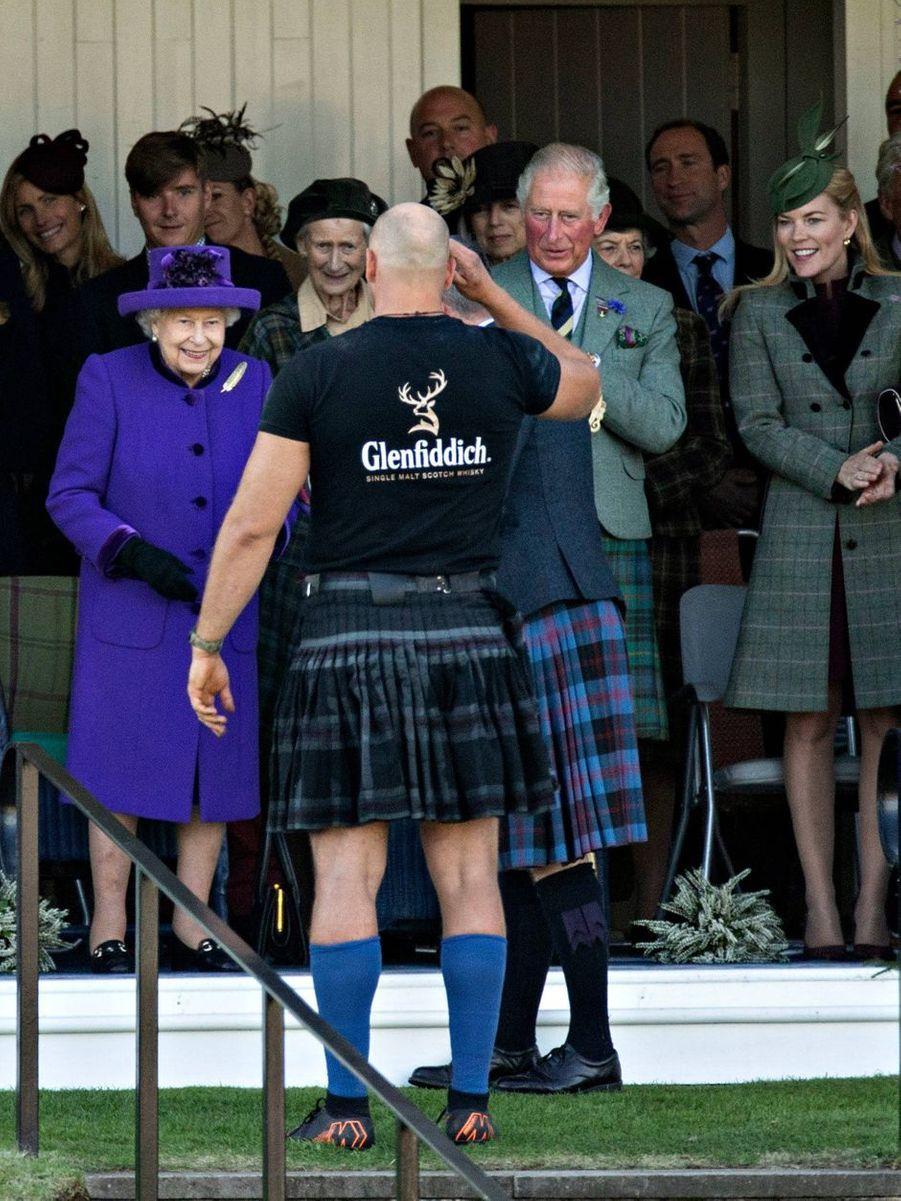 La reine Elizabeth II avec le prince Charles et Autumn Phillips au Highlands Braemar Gathering, le 6 septembre 2019