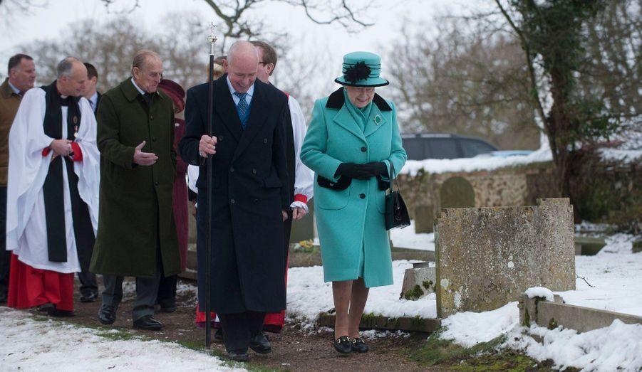 Qu'il pleuve, qu'il vente ou qu'il neige, rien ne détourne Elizabeth II de son devoir. La Reine a assisté dimanche à l'office religieux à Castle Rising, dans le Norfolk.