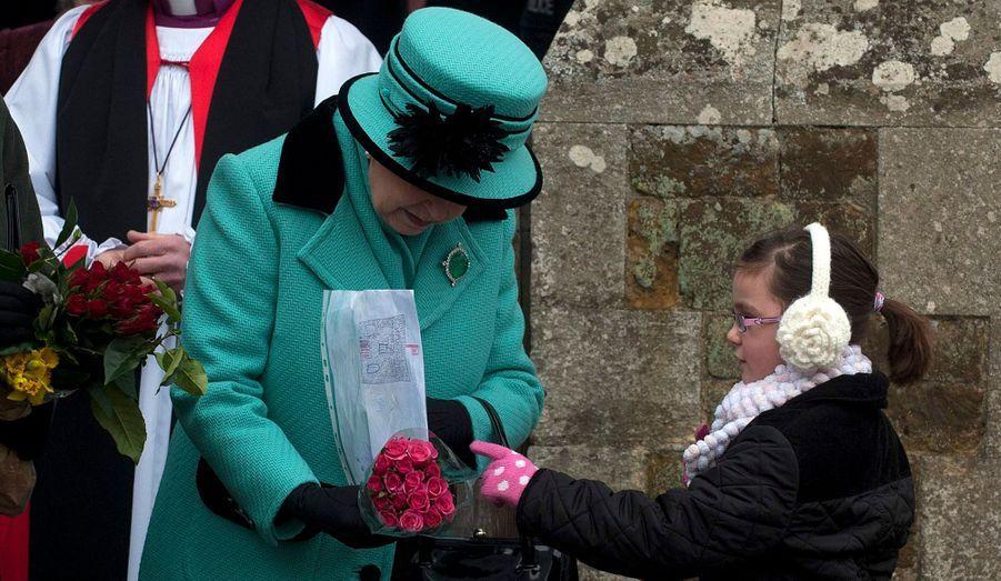 Un bouquet de fleurs et un joli dessin de château. La petite Evie Cobb, 6 ans, n'a pas semblé intimidée au moment d'offrir ses cadeaux à la Reine.
