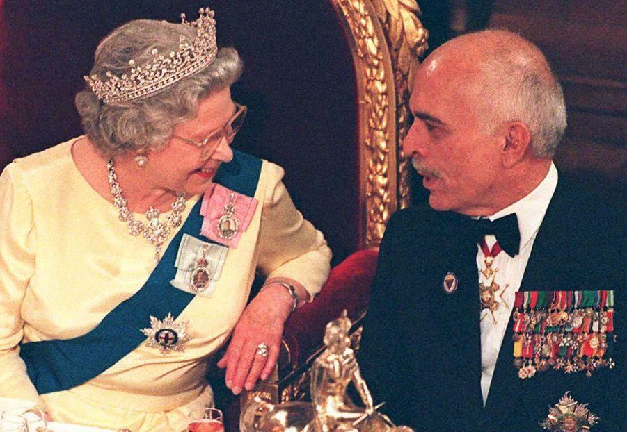 La reine Elizabeth II avec le roi Hussein II de Jordanie à Londres, le 6 mai 1995