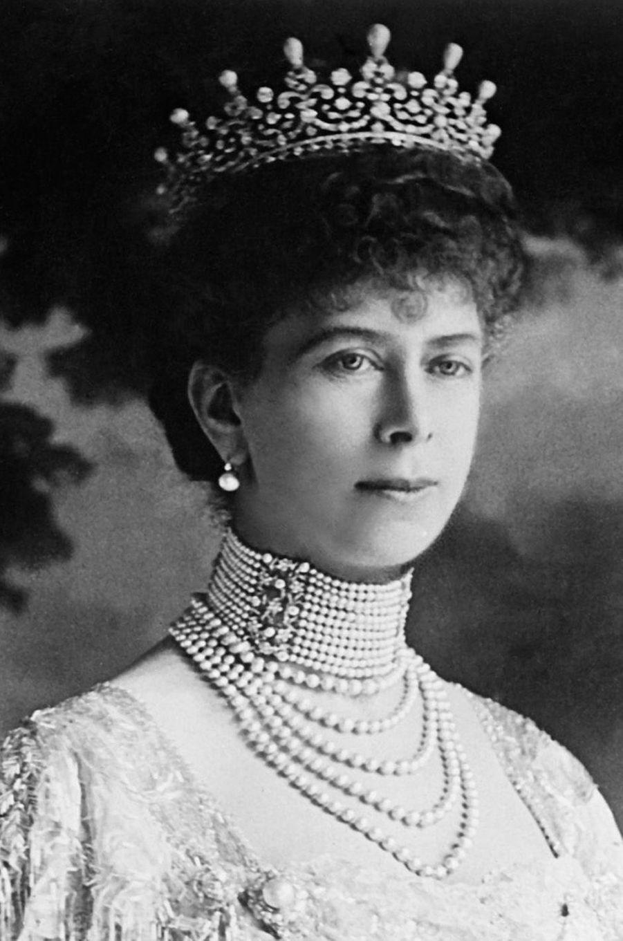 La Queen Mary Girls of Great Britain and Ireland tiara dans sa version originale avec des perles, en 1914
