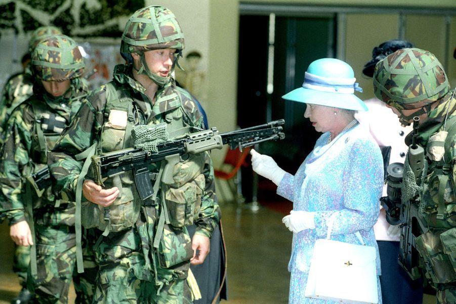 La reine Elizabeth II avec des soldats de l'Honourable Artillery Company, le plus ancien régiment de l'armée britannique (juin 1996)