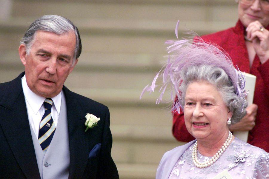 La reine Elizabeth II avec le père de Sophie Rhys-Jones, l'épouse du prince Edward le jour de leur mariage à Windsor (juin 1999)