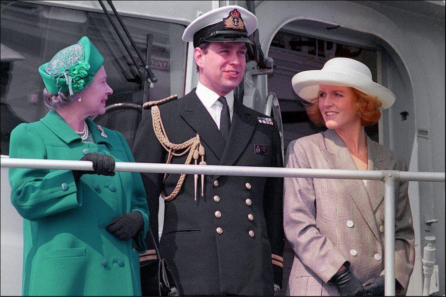 La reine Elizabeth II avec le prince Andrew et son épouse Sarah à Londres (avril 1991)