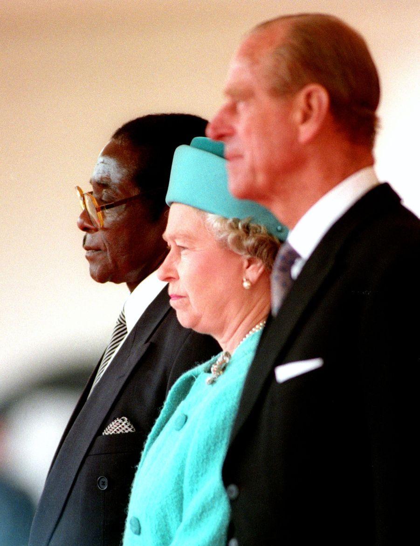 La reine Elizabeth II avec le prince Philip et le Président du Zimbabwe Robert Mugabe à Londres (mai 1994)