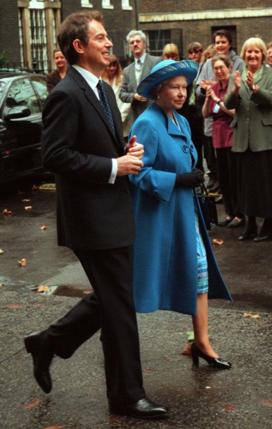 La reine Elizabeth II et le Premier ministre Tony Blair à Downing Street (novembre 1997)