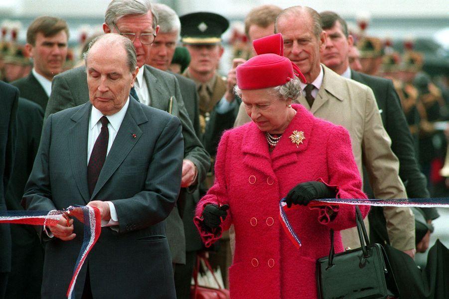 La reine Elizabeth II et le Président français François Mitterrand, pour l'inauguration du Tunnel sous la Manche, à Calais (mai 1994)