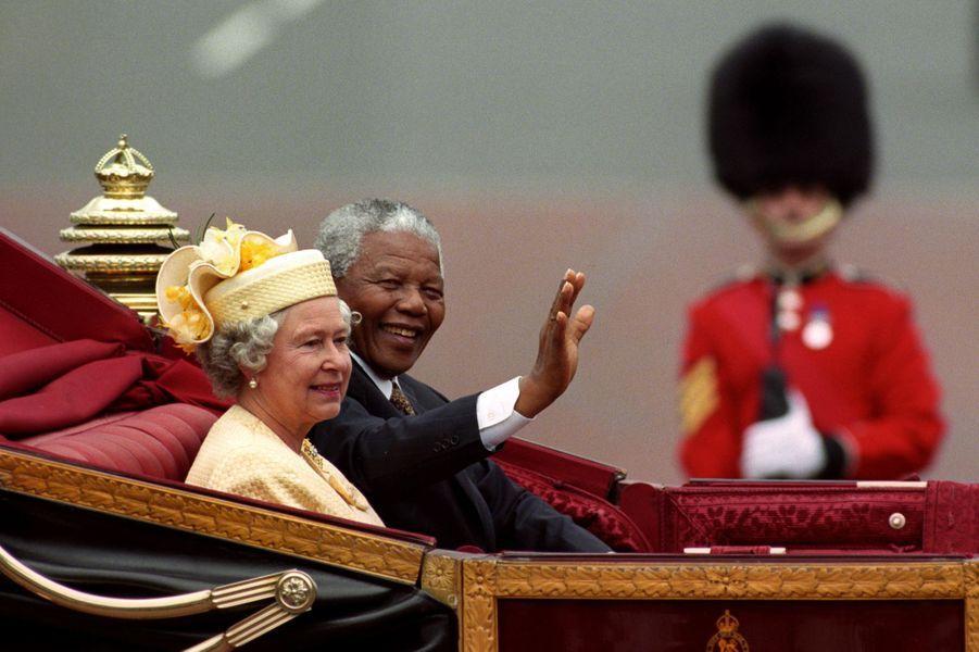 La reine Elizabeth II et le Président sud-africain Nelson Mandela à Londres (juillet 1996)