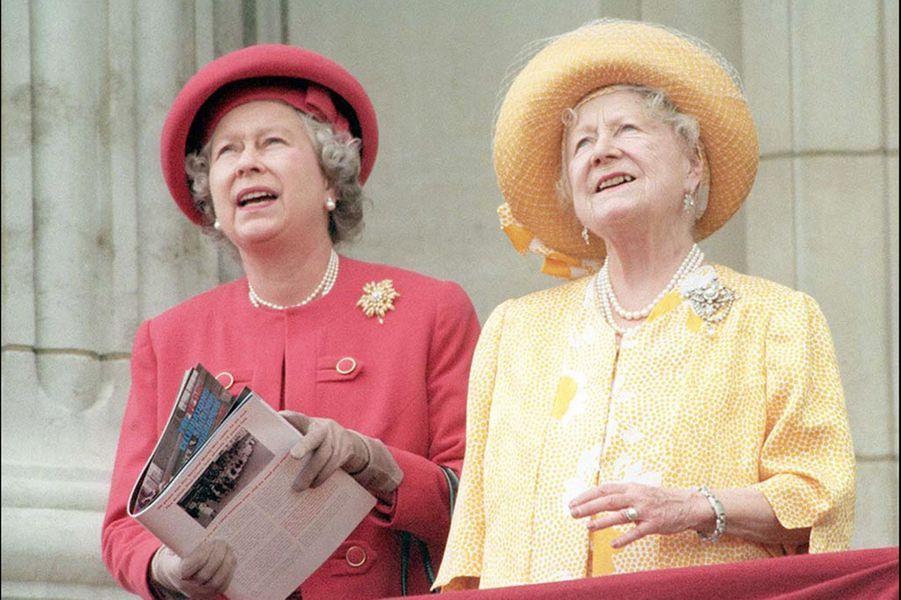 La reine Elizabeth II et sa mère Elizabeth à Buckingham (mai 1995)