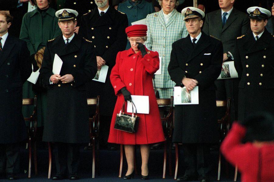 La reine Elizabeth II verse une larme lors du désarmement de son navire, le Britannia, après 44 années de service (décembre 1997)