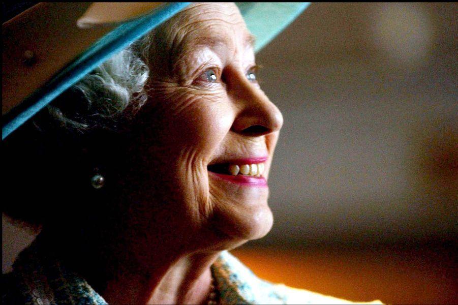 La reine Elizabeth II à Heathrow (mai 2004)