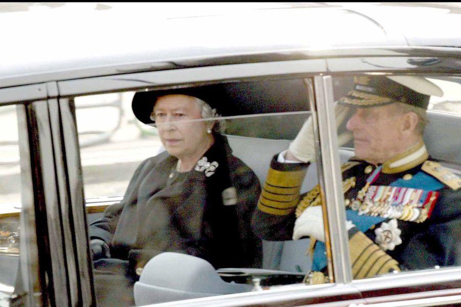 La reine Elizabeth II aux funérailles de sa mère Elizabeth (avril 2002)