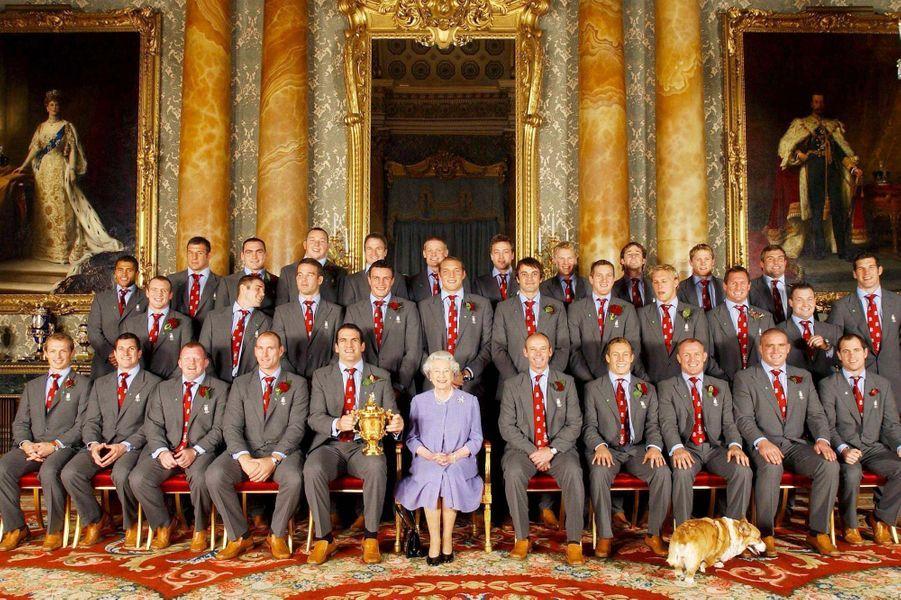 La reine Elizabeth II avec l'équipe anglaise championne du monde de Rugby (décembre 2003)