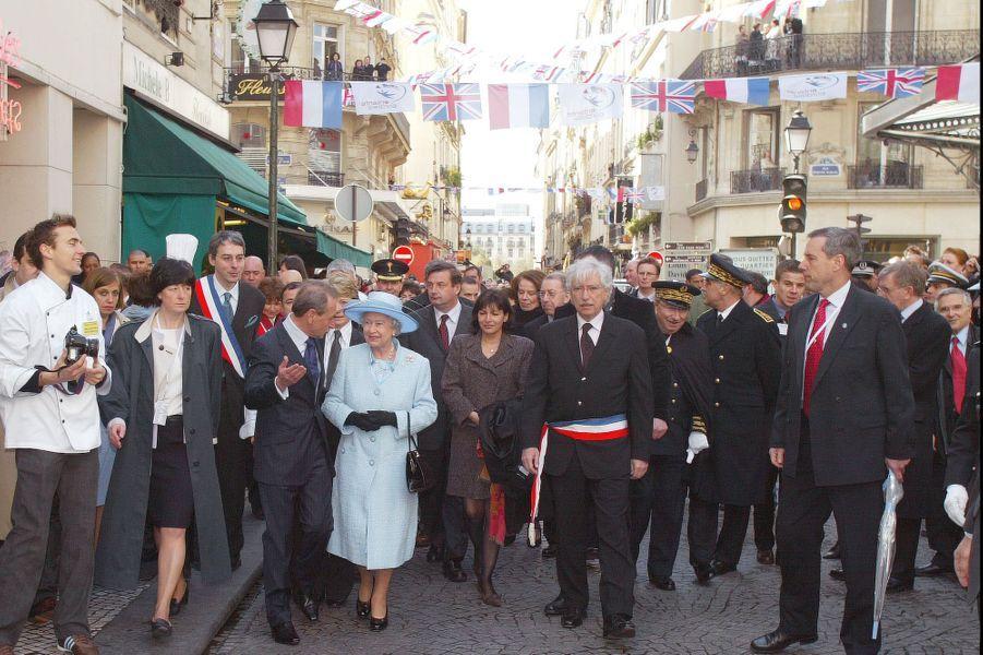 La reine Elizabeth II avec le maire de Paris, Bertrand Delanoë, rue Montorgueil (avril 2004)
