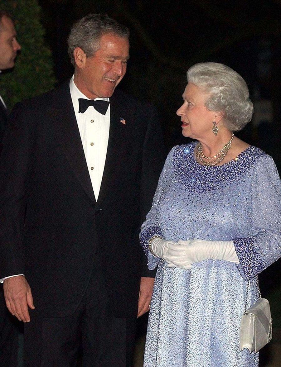 La reine Elizabeth II avec le président américain George W. Bush à Londres (novembre 2003)