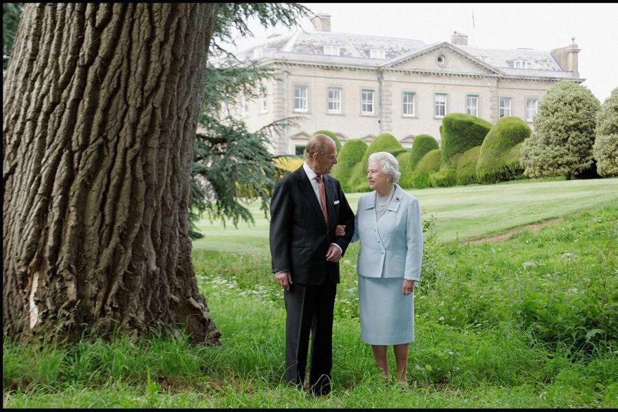 La reine Elizabeth II avec le prince Philip pour leur 60 ans de mariage, devant le manoir de Broadlands où ils ont passé leur nuit de noces (novem...