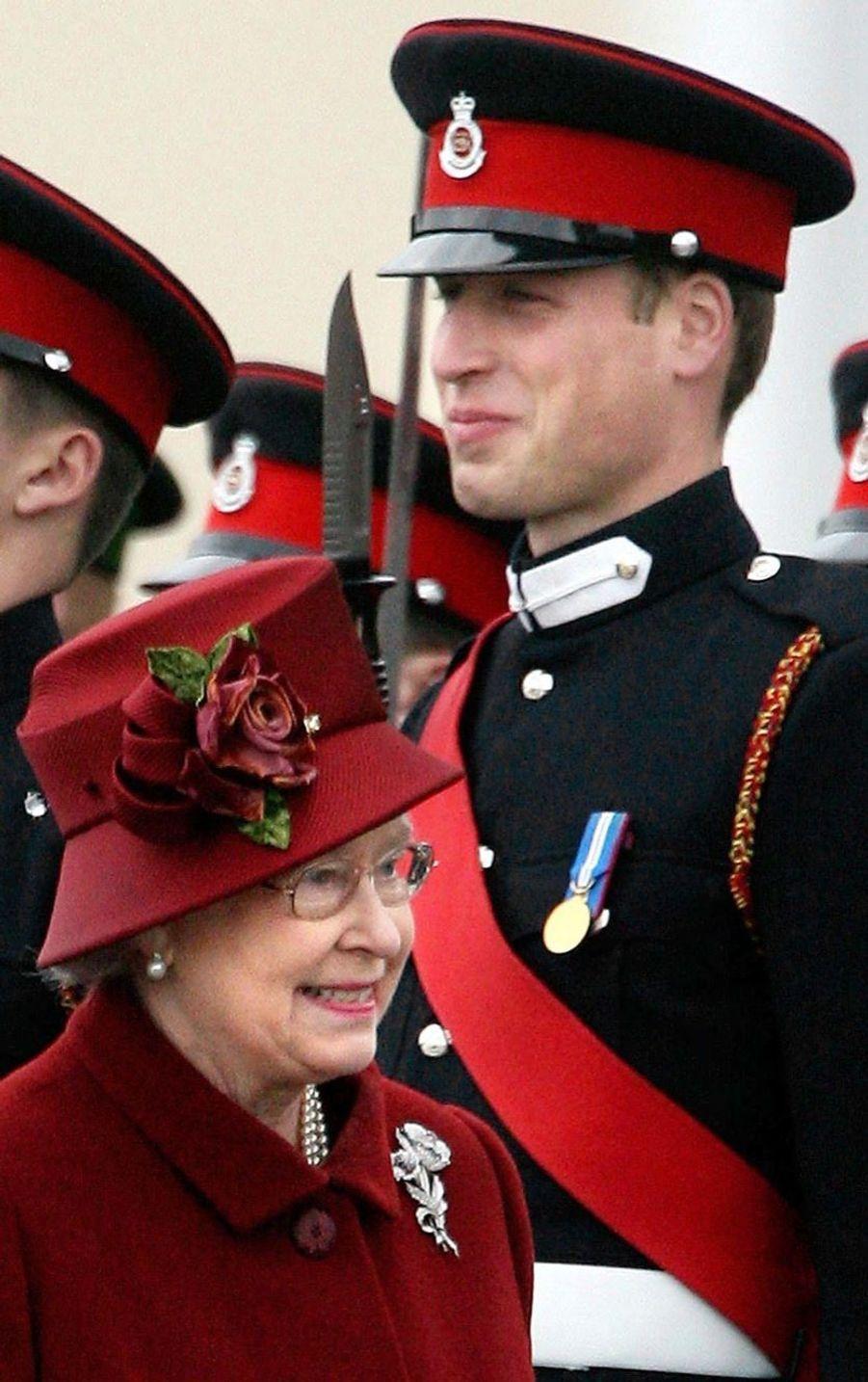 La reine Elizabeth II avec le prince William, le jour de sa remise de diplôme à l'Académie militaire de Sandhurst (décembre 2006)