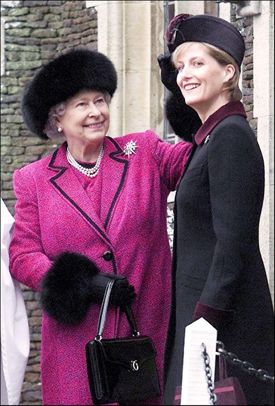 La reine Elizabeth II avec sa belle-fille Sophie de Wessex, après la messe de Noël à Sandringham (décembre 2002)