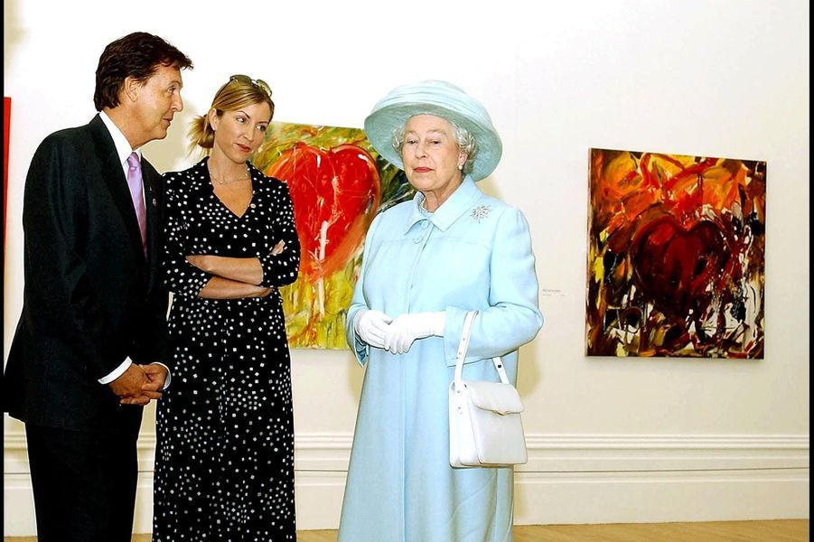 La reine Elizabeth II avec Sir Paul McCartney et son épouse Heather Mills à Liverpool (juillet 2002)