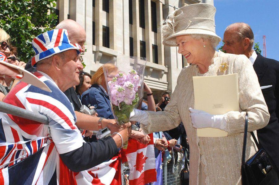"""La reine Elizabeth II avec Terry Hutt, le plus grand des """"fans royaux"""" à Londres (juin 2006)"""