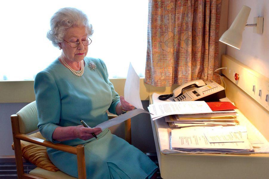 La reine Elizabeth II dans le train royal, lors de sa tournée nationale pour son jubilé d'or - 50 ans de règne (mai 2002)