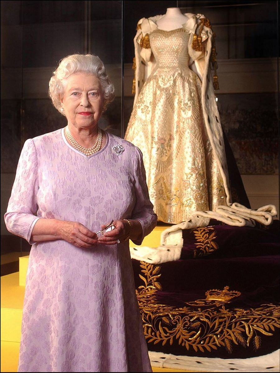 La reine Elizabeth II devant la robe de son couronnement, 50 ans après, à Buckingham (juillet 2003)