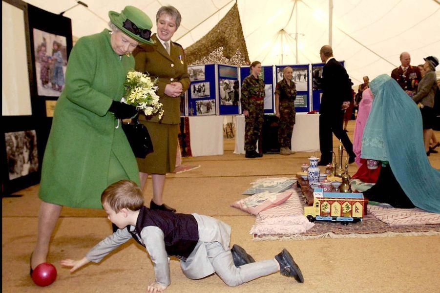 La reine Elizabeth II en visite dans une école de Londres (novembre 2003)