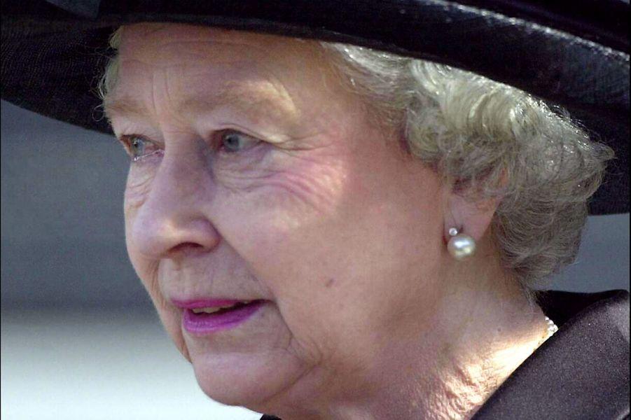 La reine Elizabeth II, larmes aux yeux, après la cérémonie pour les victimes du 11-Septembre, à la Cathédrale St Paul de Londres (14 septembre...