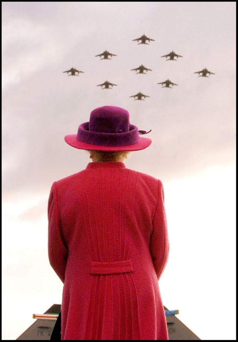 La reine Elizabeth II observe la parade de la Royal Air Force pour son 65e anniversaire (novembre 2005)