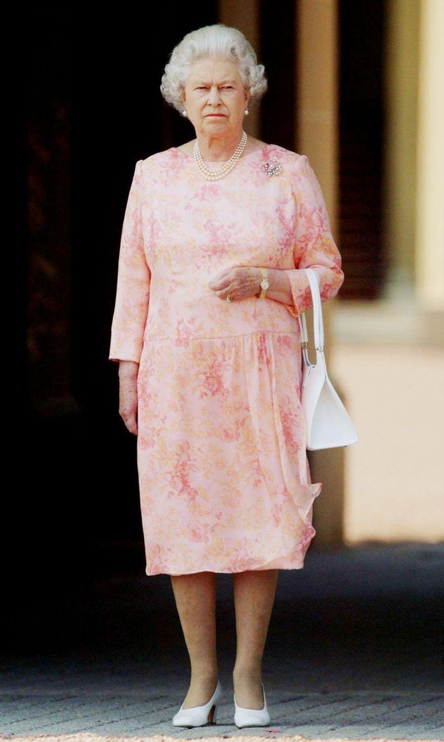 La reine Elizabeth II respecte deux minutes de silence, seule devant Buckingham, après les attentats de Londres (14 juillet 2005)