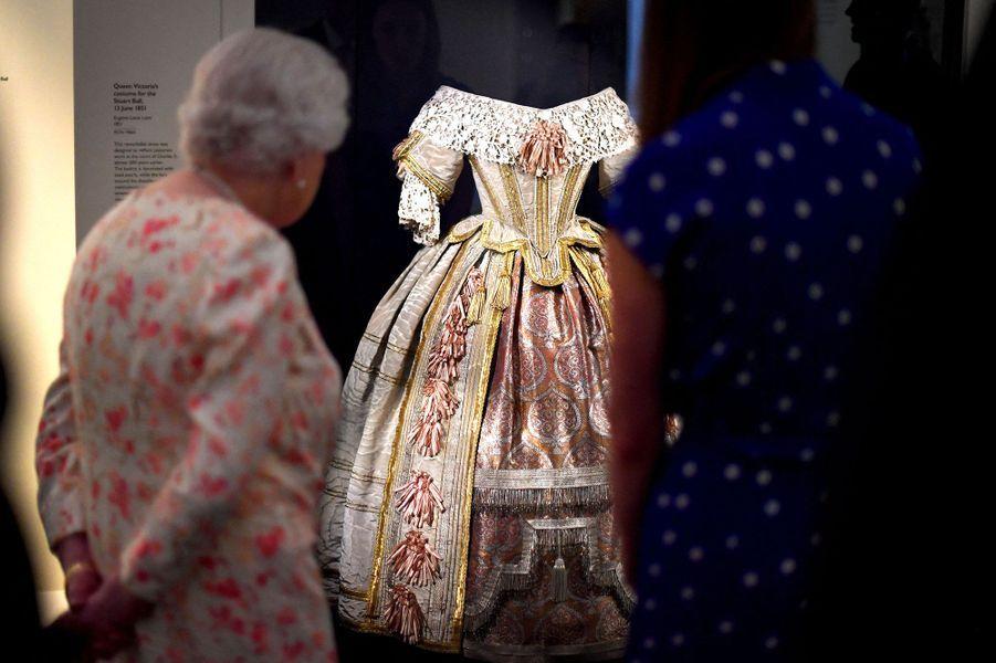 La reine Elizabeth II à l'exposition consacrée à la reine Victoria, au palais deBuckingham, mercredi