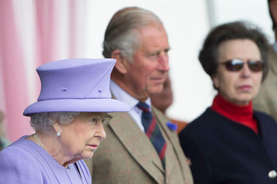 La reine Elizabeth II avec le prince Charles et la princesse Anne à Braemar, le 3 septembre 2016