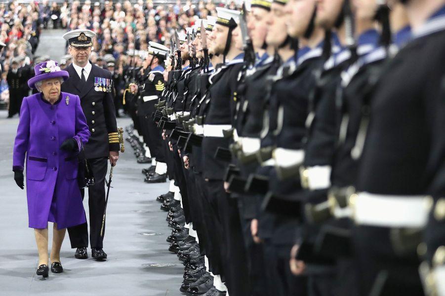 La reine Elizabeth II passe les troupes en revue à Portsmouth, le 7 décembre 2017