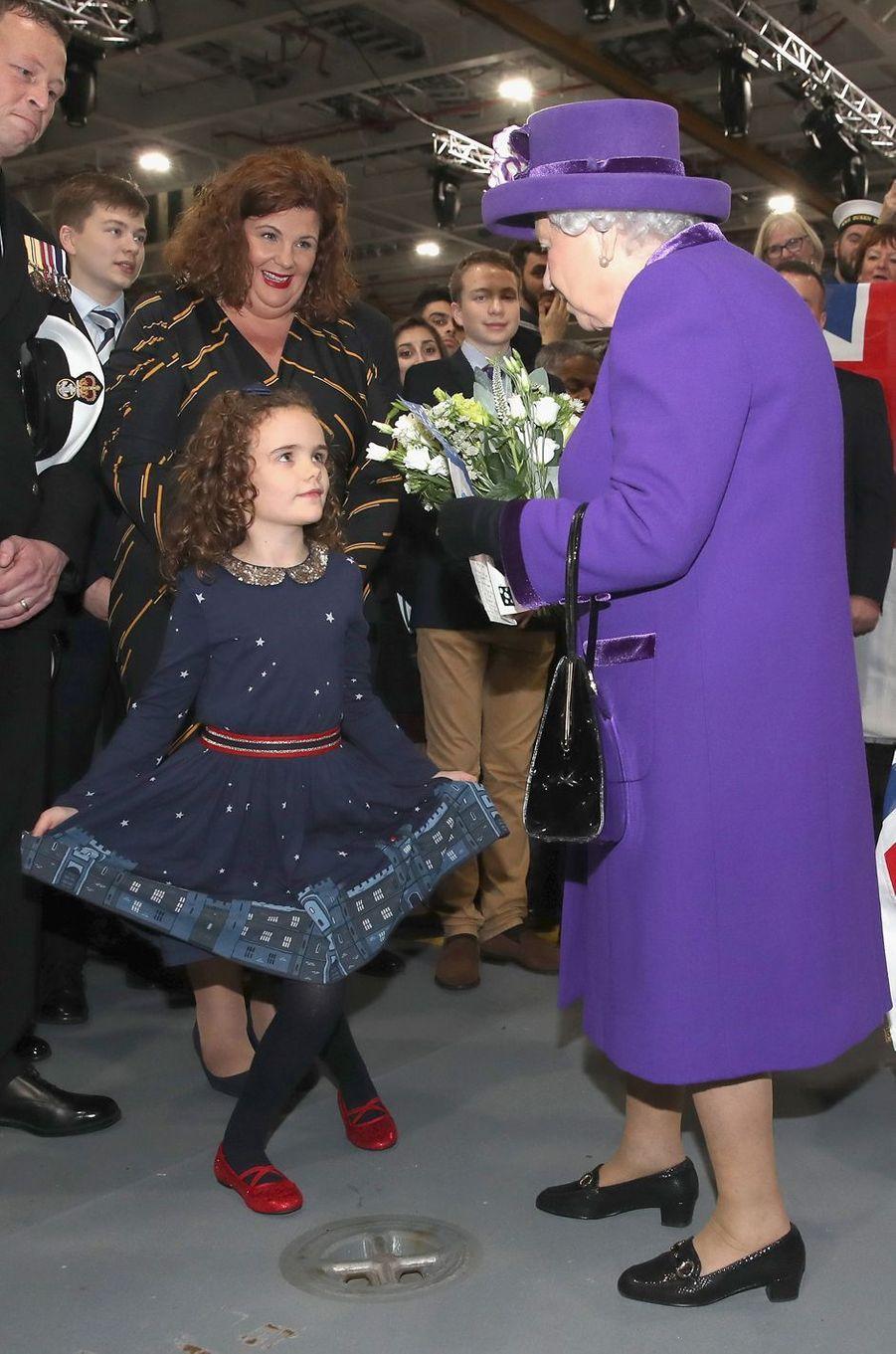 La reine Elizabeth II en violet à Portsmouth, le 7 décembre 2017
