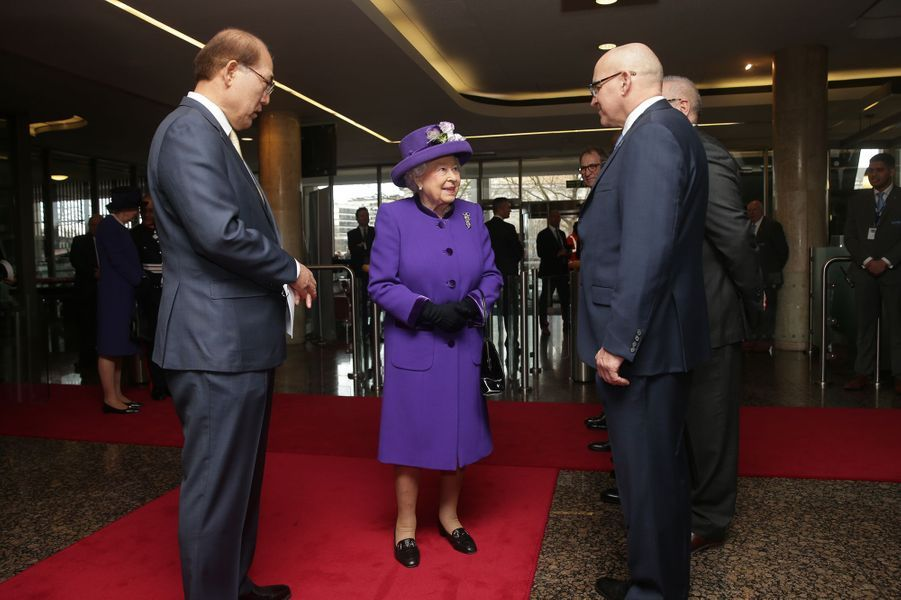 La reine Elizabeth II en total look violet à Londres, le 6 mars 2018