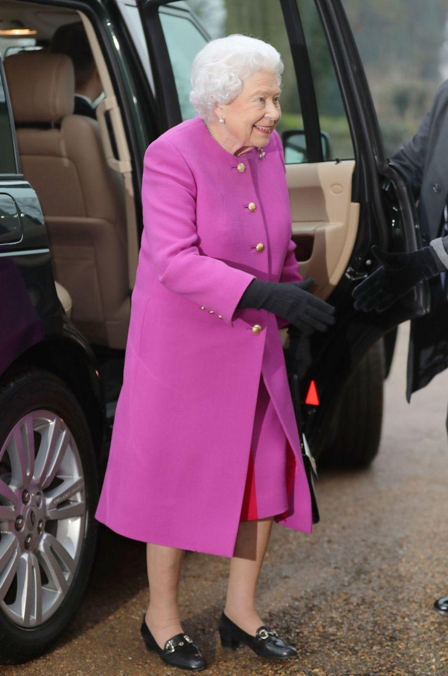 La reine Elizabeth II en rose fuchsia à West Newton, le 19 janvier 2017