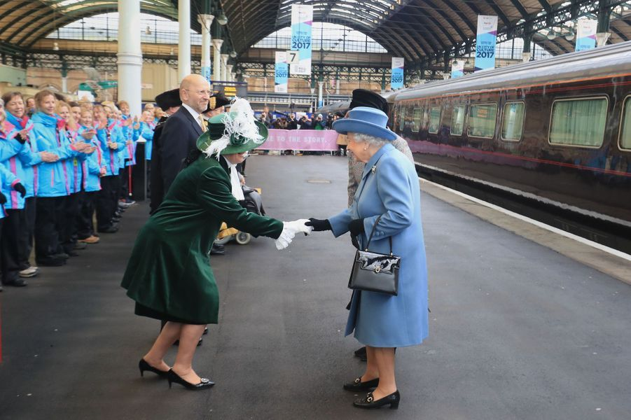 La reine Elizabeth II en visite à Kingston-upon-Hull, le 16 novembre 2017
