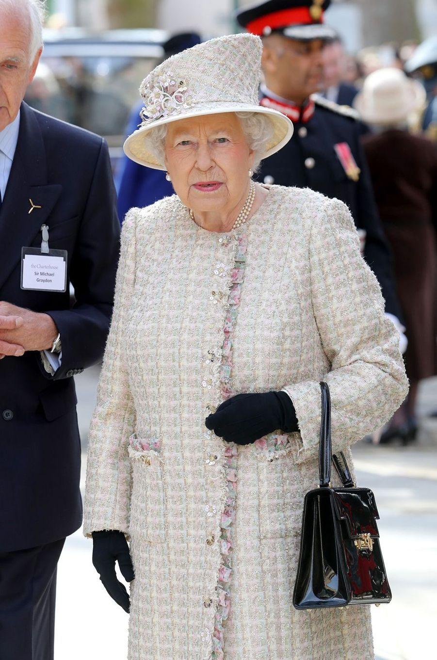 La reine Elizabeth II dans un look printanier à Londres, le 28 février 2017