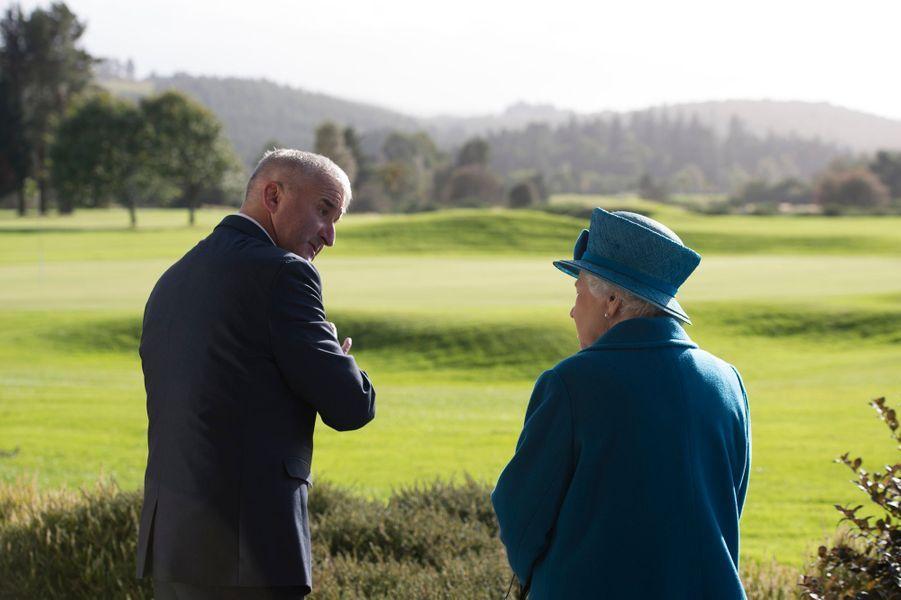 La reine Elizabeth II regarde le terrain de camping de Ballater qui a pu rouvrir