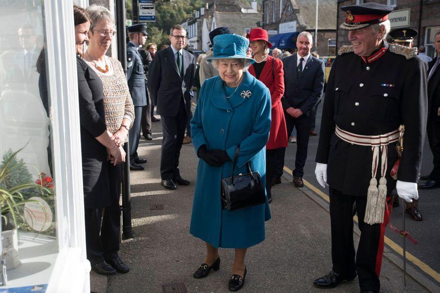 La reine Elizabeth II se promène dans une rue de Ballater, le 27 septembre 2016