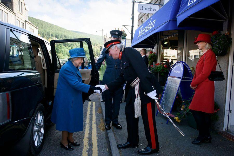 La reine Elizabeth II débute sa visite à Ballater, le 27 septembre 2016