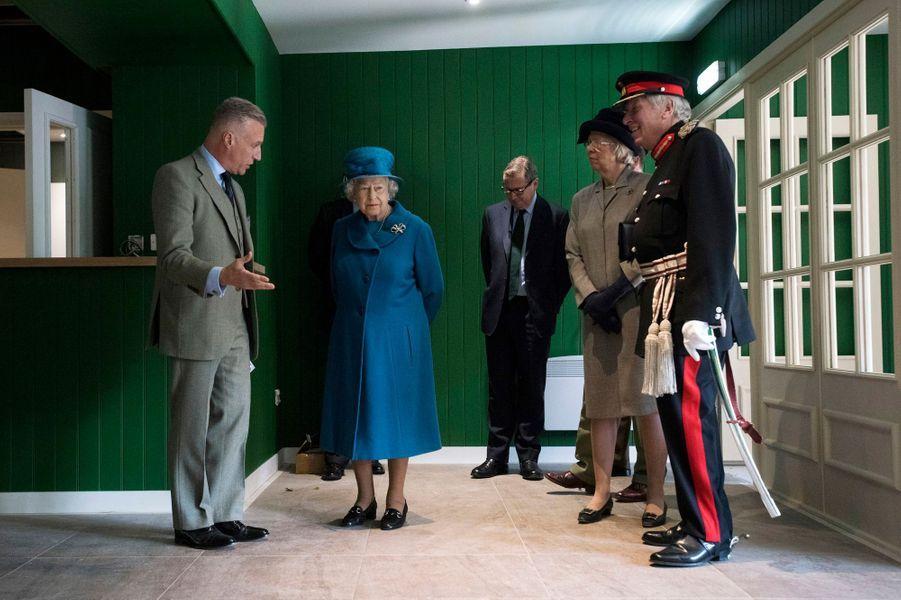 La reine Elizabeth II visite le chantier d'un restaurant à Ballater, le 27 septembre 2016