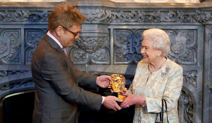 """La reine a reçu un Bafta (les Oscars britanniques) d'honneur """"en reconnaissance de l'ensemble de son œuvre pour le cinéma et la télévision britannique"""". Elizabeth s'est vu remettre son prix à l'occasion d'une réception à Windsor où se sont croisés Carey Mulligan, Christopher Lee, Damian Lewis, George Lucas, Tom Hooper. Et au moment de donner son Bafta à la Reine, Kenneth Branagh a également salué celle qui restera pour sa participation à la cérémonie d'ouverture des Jeux Olympiques de Londres """"la plus mémorable des James Bond Girls""""..."""