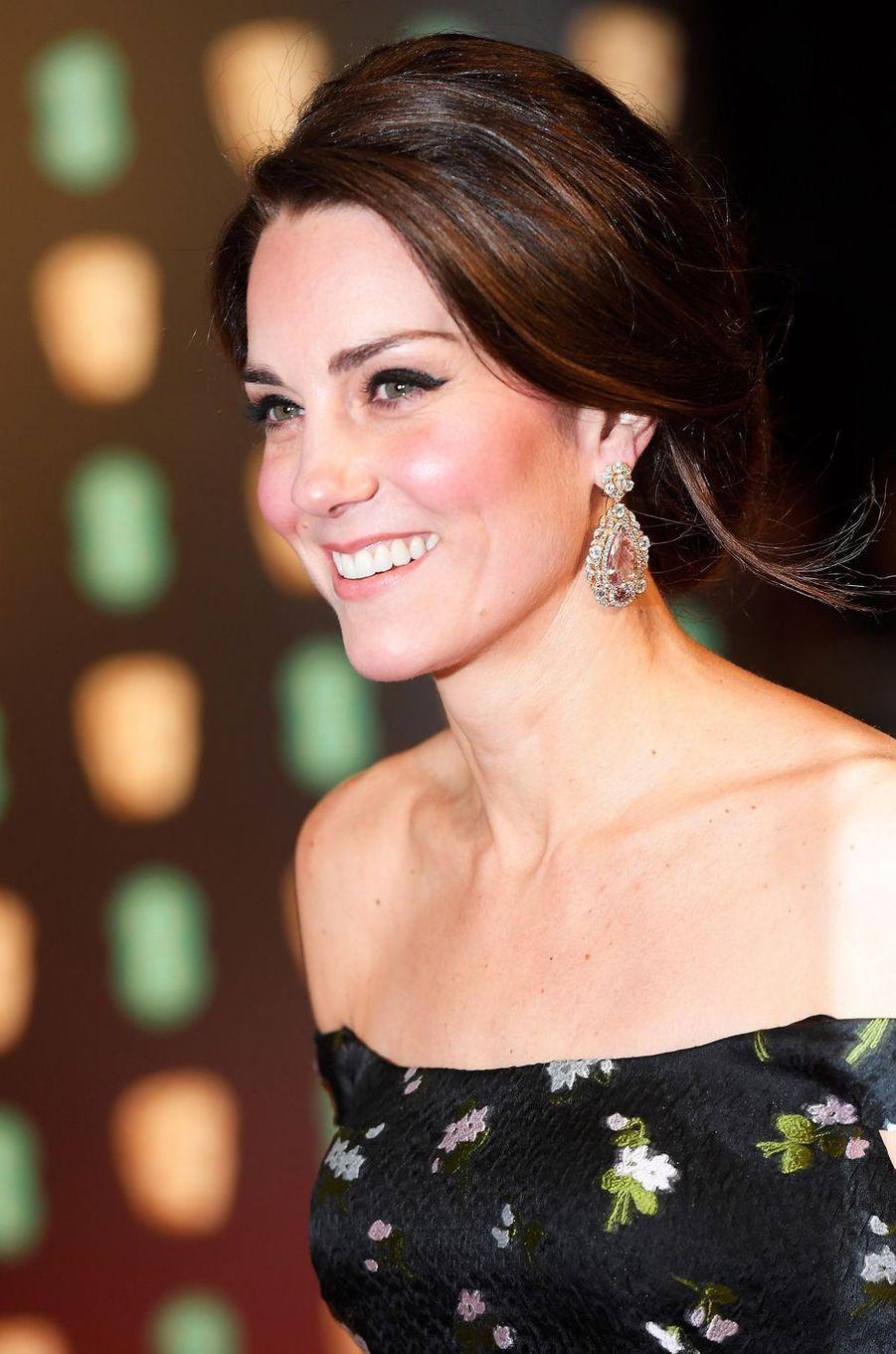 Les boucles d'oreille de la duchesse de Cambridge, née Kate Middleton, à Londres, le 12 février 2017