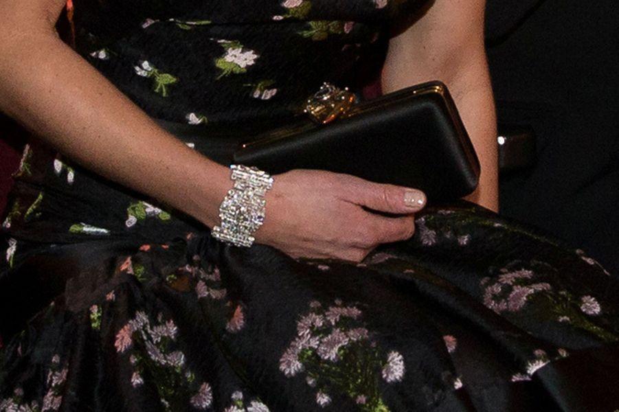"""Kate porte le bracelet """"Wedding Gift Bracelet"""" de la reine Elizabeth II à Londres, le 12 février 2017"""